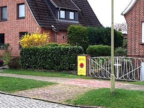 Strabsgegner zeigen sich am Grundstück.