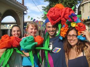 Volunteers bei einem farbenfrohen Fest