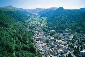 鉱泉のある町を囲む風景  (モン・ドール町)