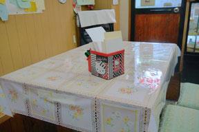 テーブルにあるペンと紙は、おでんの注文にも壁のコメントにも使われる。万能役。