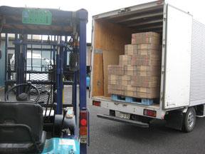 写真:ダンボールをトラックへ積み込み。自社トラックでダンボールの配送をします。迅速に丁寧にお客様の場所まで納品をします。仕上がったダンボールケースをお客様に納品します。  リピート品は在庫をして、即日納品することもできます。