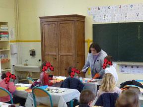 L'illustratrice Cloé Perrotin réalisant un atelier dans la classe de Mme Simon à l'école de Donzy dans la Nièvre