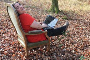 La graphiste web et print Cloé Perrotin en forêt lors d'un shooting photos