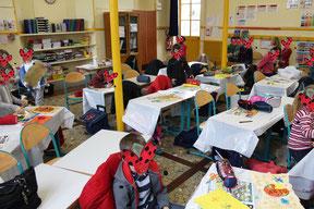Intervention scolaire de l'illustratrice Cloé Perrotin dans une classe de CP dans la Nièvre pour la réalisation de cartes aux trésors à la manière de lutins