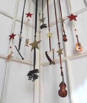 Fensterdekoration aus Mini-Instrumenten