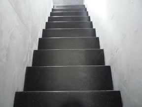 Wenn das ganze Haus schon mit Anyhdrit Decorböden gemacht sind, kann man die Treppe auch gerade mit machen.