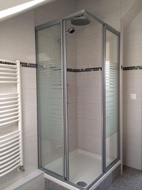 Keramische Wandplatten mit Mosaikstreifen in der Dusche