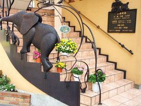 この画像は東京ラブリー動物病院の階段と動物の手摺りの画像です