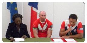 23/10/2010 : Mme Rama YADE, Ministre des sports, M Gareth THOMAS, capitaine de l'équipe du Pays de Galles, et M Olivier ELIMA, capitaine de l'équipe de France, au stadium d'Albi à l'occasion d'un match de la coupe d'Europe de rugby à XIII