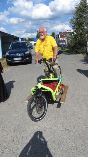 Dr. Thomas Kühn präsentiert ein Cargo-E-Bike, ein energiesparendes Lastenrad vor der RE-ART Halle.