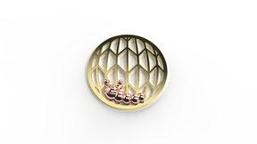 Astre la chenille qui redémarre en or. La fabrication est française.