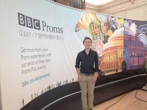 イギリスBBCプロムス音楽祭パネル前に立つ写真