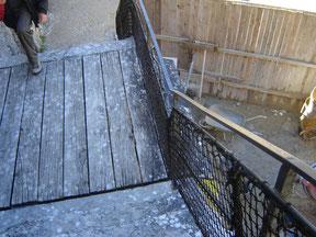 escalier plein de surprises... par exemple, la plate forme du milieu peut s'escamoter, faisant chuter ceux qui s'y trouvent et isolant les assaillis des assaillants
