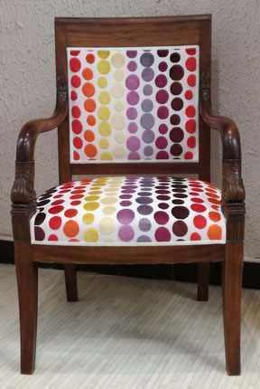 Fauteuil Empire Dauphin recouvert d'un tissu contemporain à gros pois de toutes les couleurs finition galonnée