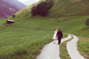 brautpaar beim spaziergang in den schweizer bergen