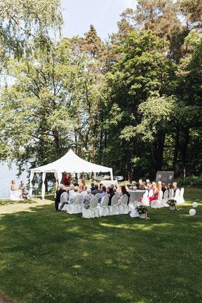 Brautpaar bei emotionaler Trauung direkt am See in Himmepfort