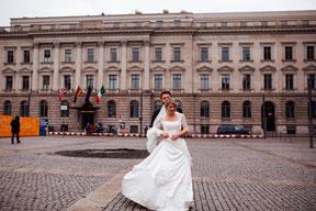 brautpaar beim fotoshooting mit hochzeitsfotograf vor dem hotel de rome in berlin
