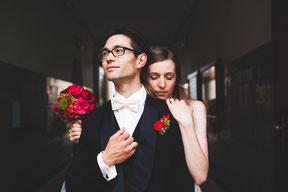 brautpaar beim fotoshooting mit hochzeitsfotograf in der altstadt von köpenick