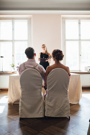 Brautpaar bei standesamtlicher Trauung auf Schloss Kartzow