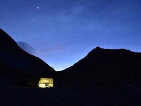 Hell erleuchtetes Zelt unterm Sternenhimmel. Foto: Roland