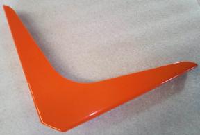Equerre couleur orange pour étagère murale.