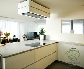 Grifflose Designküche in Hochglanz weiß mit Berbel Sky Edge Dunstabzugshaube, Kücheninnenseite mit flächenbündigem Induktionskochfeld