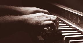 Musizierende Hände am Cembalo