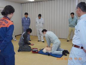 胸骨圧迫とAEDで応急手当の実技練習
