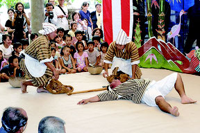 芋堀り狂言では大きな歓声が沸いた=8日午後、竹富島清明御嶽