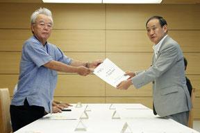 富川副知事から要請書を受け取る菅官房長官=30日、首相官邸