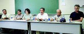 「八重山を学ぶ」刊行委員会のメンバー=21日午後、大濱信泉記念館研修室Ⅰ
