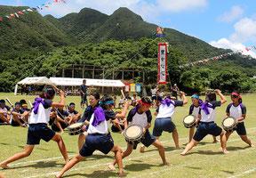 わかば幼稚園・川平小中学校の運動会が開催された=29日午前、川平小中学校の運動場