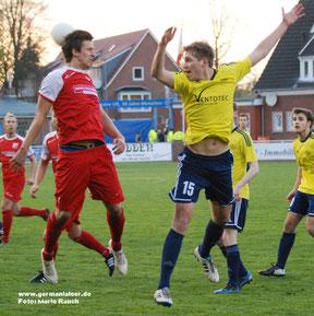 Germania Leer (gelbe Trikots) wurde für eine engagierte Leistung mit einem Punkt belohnt. Wermutstropfen: Lieven Treuke (rechts) sah die fünfte Gelbe Karte und ist am Donnerstag gegen den TSV Oldenburg gesperrt.