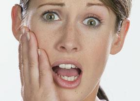 freiliegende Zahnhälse verursachen oft überraschende ziehende Schmerzen