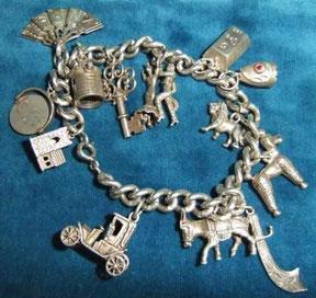 Antico bracciale con charms