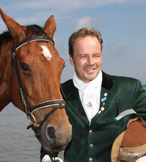Schauspieler Till Demtrøder, Pferdenarr, Reiter, Reitsport, Pferde, reiten, Eventveranstalter, Geschäftsführer Experiarts Entertainment, Event Hamburg, Event Mecklenburg Vorpommern, Eventagentur, Welthungerhilfe, Usedom Cross Country, Hunde, Schleppjagd,