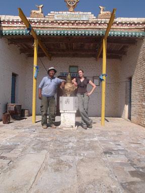 Anne-Camille à droite, et Gansukh (conservationniste citoyen, à gauche)