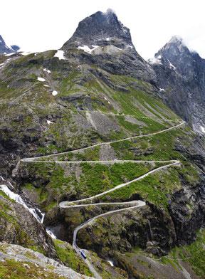 Berg mit langer Straße