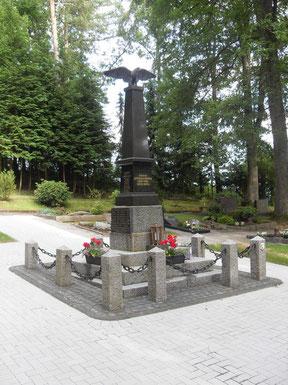 Ehrenmal auf dem Waldfriedhof Schladern, Sommer 2014