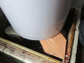 Auf das Holzgestell kommt der gut verschlossene Hobbock mit dem festen Honig. Der Hobbock wird mit zwei Zargen und Zargendeckel umschlossen.