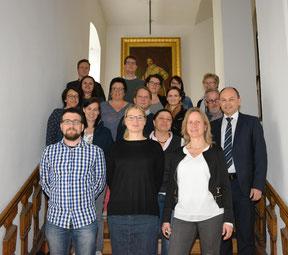 Jenny Ungericht, Mitarbeiterin Prof. Dr. Hochholzer (1. Reihe, 2. v.l.), Walter Schütz (2. Reihe, 1. v. r.) zusammen mit den Lehrkräften aus der gesamten Oberpfalz. (Foto: Regierung der Oberpfalz)