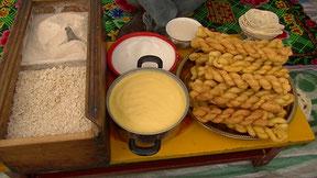 左側にツァンパとチーズ 中央にヤクのバター