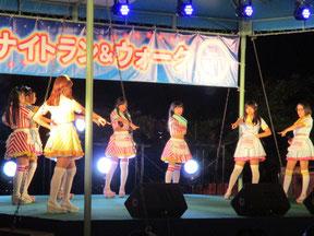 キャッチーな歌とパワフルなダンスのステージ