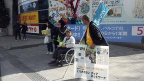 学生と車いすの佐々木さんは、大活躍でした。