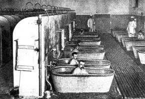 Obdachlose Männer baden in der Wiesenburg