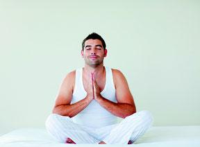Ein Mann sitzt in Yogapose und meditiert. Bild WavebreakMediaMicro/Fotolia
