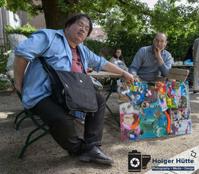 Harald Vincent präsentiert das fertige Bild | Foto: Holger Hütte