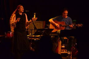 Veronika Kubias singt und Andreas Dossenbach begleitet sie auf der Gitarre.