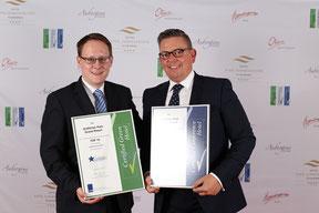 """Hoteldirektor Dirk Schäfer (rechts) und Verkaufsleiter Jan Steinbrink freuen sich über die verliehenen Auszeichnungen für das """"Gräflicher Park Grand Resort"""". (Foto: Christopher Mueller-Doennhoff)"""