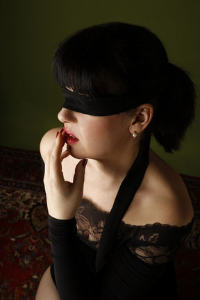 Escort Lady mit verbundenen Augen